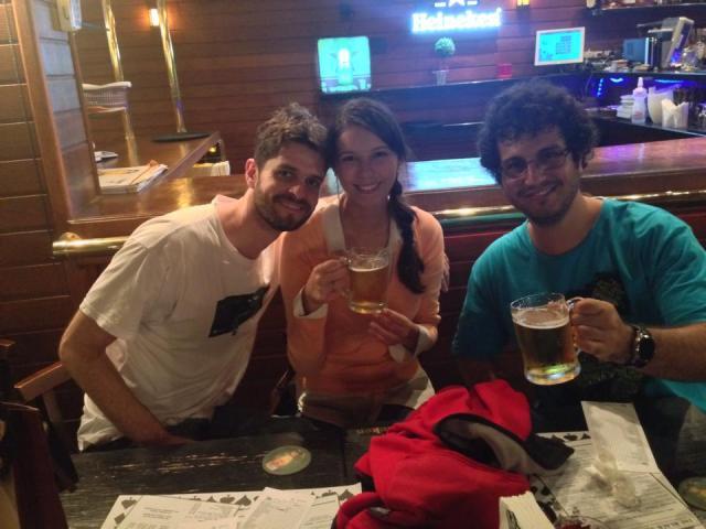 O noivo bebendo com a cunhada e o padrinho, enquanto o ensaio rolava com um noivo substituto...